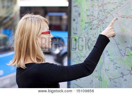 Žena při pohledu na mapu metra desce