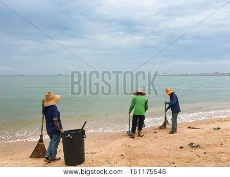 Beach cleaning, keep beach clean, cleaning crews on beach