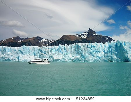 Cruise on the ice. An amazing feeling. Browse the emerald waters of Lake Argentino to the Perito Moreno Glacier meters, hear and see the breakdown of its ice