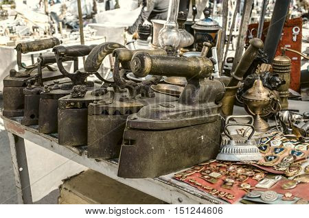 Old cast iron irons,box iron,badges,keys,kerosene lamps,on Sunday clearance sale