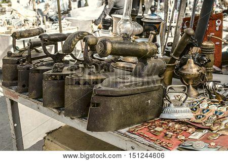 Old cast iron irons,box iron,badges,keys,kerosene lamps,on Sunday clearance sale
