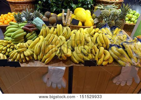 Showcases citrus fruit  in a big supermarket