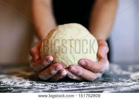 man hand prepare the pizza dough topping