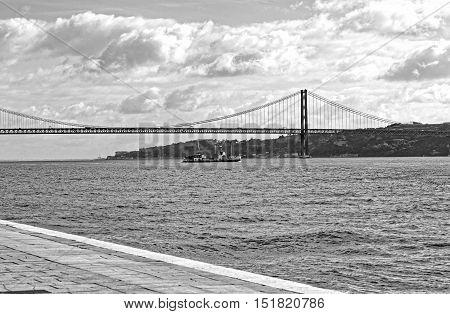 photo of 25 de Abril Bridge over the Tagus River