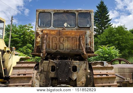 An old dilapidated truck left for his end