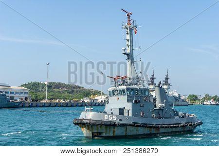 Chonburi, Thailand - April 9, 2018 Htms Samaresan Royal Thai Navy Tugboat And Auxiliary Ship Is Pull
