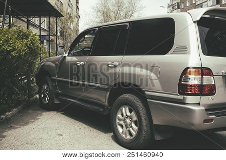 Kazakhstan, Ust-kamenogorsk - 9 May, 2018. Toyota Land Cruiser 100 In The Parking Lot. Toyota Land C
