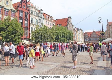 Gdansk / Poland. 24 June 2019:  Crowds Of Tourists Walk In The Historical Part Of Gdansk. Many Touri