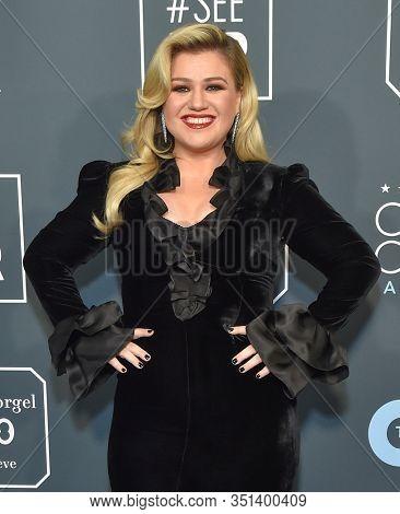 LOS ANGELES - JAN 12:  Kelly Clarkson arrives for the 25th Annual Critics' Choice Awards on January 12, 2020 in Santa Monica, CA