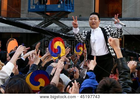 NEW YORK-3 mei: Koreaanse rapper Psy presteert op de Today Show in het Rockefeller Plaza op 3 mei 2013 in