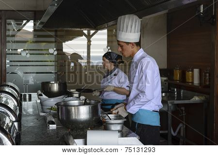 ISTANBUL TURKEY SEPT 28 2014 Chef in restaurant kitchen doing flambe on food