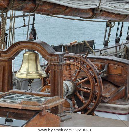 Ein Segelschiff Helm
