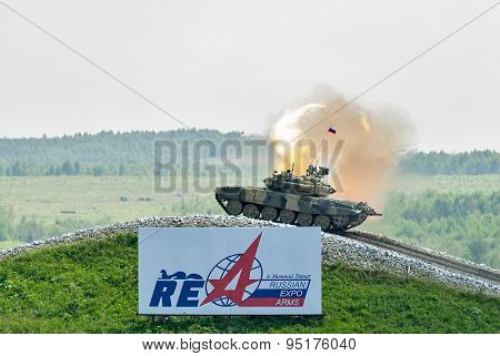 Tank T-80s moves and shoots sideward