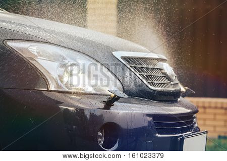 Car headlight washer system in its work