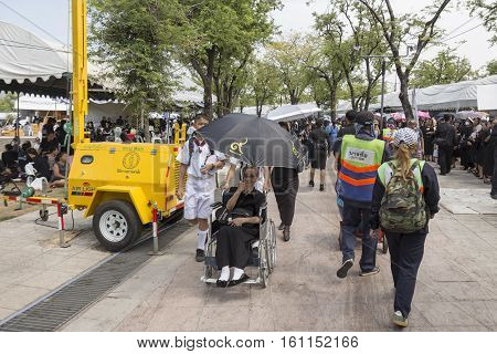 BANGKOK THAILAND - NOV 5 : service for The elderly by student volunteer in Sanam Luang area while the funeral of king Bhumibol Adulyadej in Grand Palace on november 5 2016