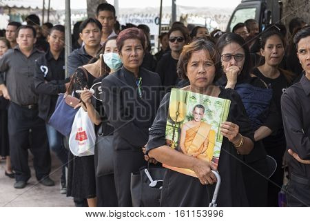 BANGKOK THAILAND - NOV 5 : The queue of mourners in sanam luang for into Grand Palace while the funeral of king Bhumibol Adulyadej on november 5 2016