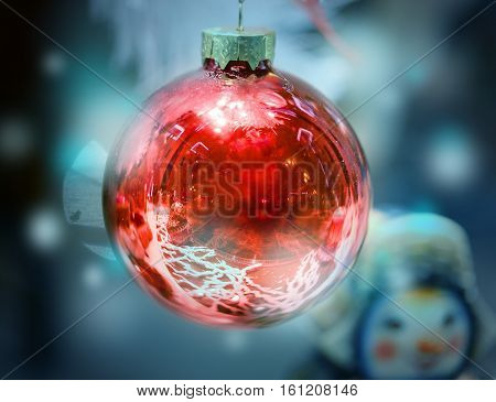 Photo Christmas red ball on blue background