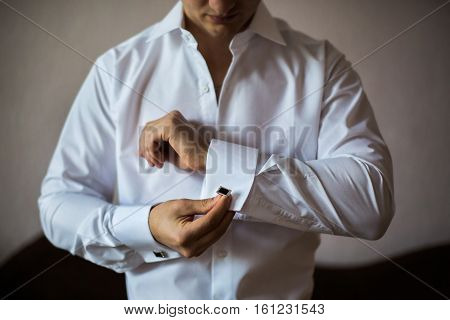 men wear a shirt and cufflinks correct clothes dressing Fees groom man style wedding preparations
