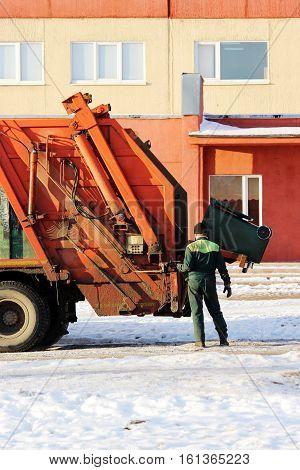 working loads rubbish bin at a recycling machine