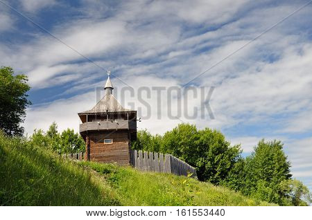 Modern reconstruction of the watchtower and wooden ramparts of the fortress.