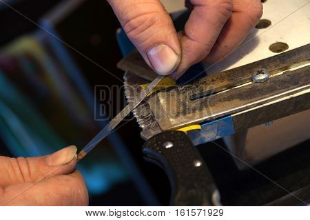 Sharpening of a knife with the serreytors cutting edge