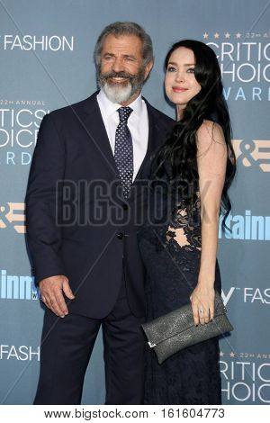 LOS ANGELES - DEC 11:  Mel GIbson, Rosalind Ross at the 22nd Annual Critics' Choice Awards at Barker Hanger on December 11, 2016 in Santa Monica, CA