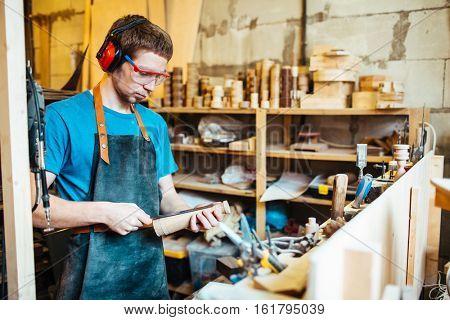 Measuring workpiece