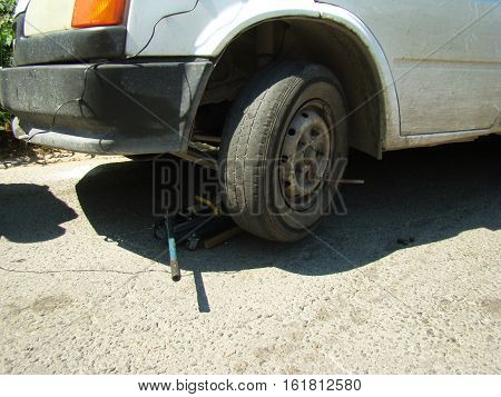 replace the punctured wheel on the car