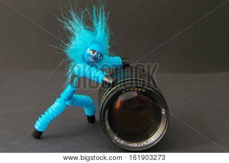 niebieski siłacz kula obiektyw zenit po stole