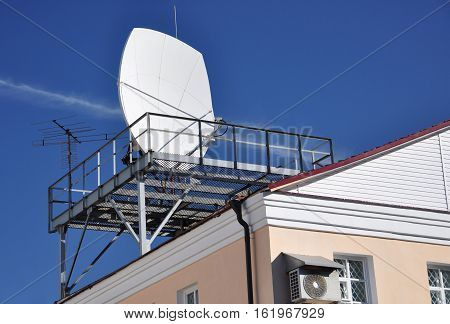 Special communications antenna on the roof of the bank.