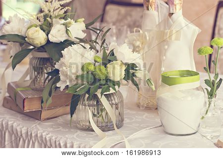 bouquet of white flowers. wedding table decor. festive table setting. festive table decoration.