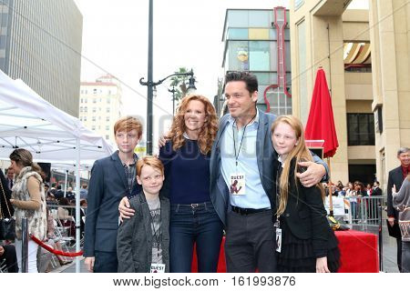 LOS ANGELES - DEC 15: Baylen Johnson, Wyatt Johnson, Robyn Lively, Bart Johnson, Kate Johnson at the Ryan Reynolds WOF Star Ceremony at the Hollywood & Highland on December 15, 2016 in Los Angeles, CA