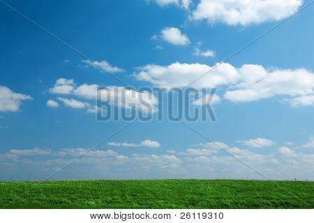 groen grasveld met blauwe lucht en de wolken