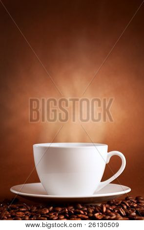 taza caliente de café sobre fondo marrón