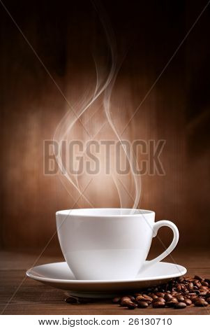 taza caliente de ciffee sobre fondo marrón