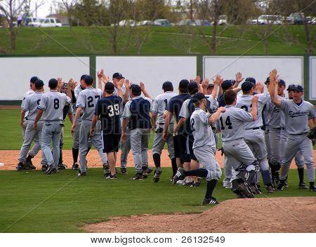 Equipo de béisbol de Spokane Valley Community College celebra victoria vs Treasure Valley Community College