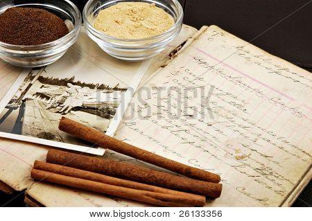 Collage aus einem Jahrgang handgeschriebenen Kochbuch mit zimtstangen, Ingwer, Muskat und ein altes Photo