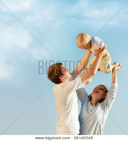 familia feliz sobre fondo de cielo