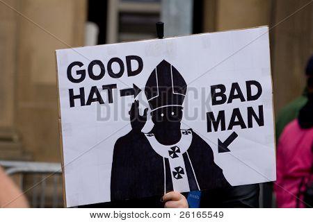 Edimburgo, Escócia, UK - 16 de setembro: Manifestante com banner anti-Papa durante o par de Papa Benedict XVI