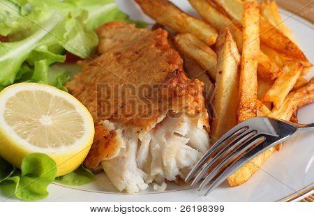 ein Abendessen Fisch und Chips (oder Pommes frites) serviert mit einem Salat frisch Garten Salat, Raketen und