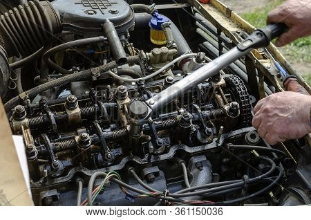 The Procedure For Tightening The Cylinder Head Bolts. Part 2 Of 6. The Mechanic Uses A Torque Wrench