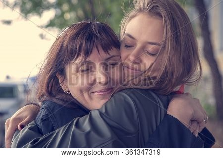 April 25, International Daughter's Day, Mother's Day, Happy Family, Mother And Daughter Cuddle Tende
