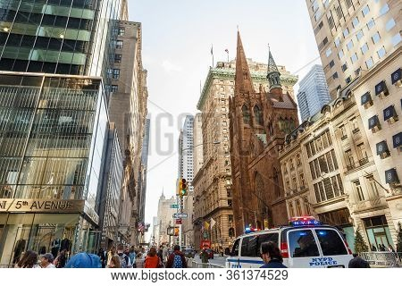 New York, Ny, Usa - March 9, 2020: Fifth Avenue Presbyterian Church Among Modern Skyscraper Building