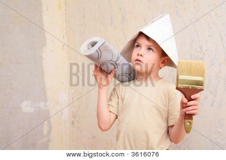 Muchacho con pincel y rodillo de papel pintado en sombrero de Papper