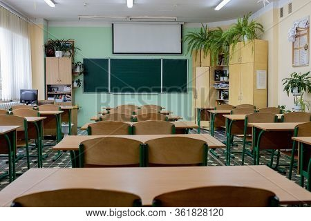 Kyiv- Jan 10, 2019: Selective Soft And Blur Focus.old Wooden Row Lecture Chairs In Classroom In Poor