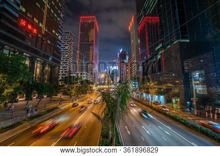 Hong Kong - 2020: Gloucester Road At Night From Above, Street With Palm Trees And Flower Beds. Hong