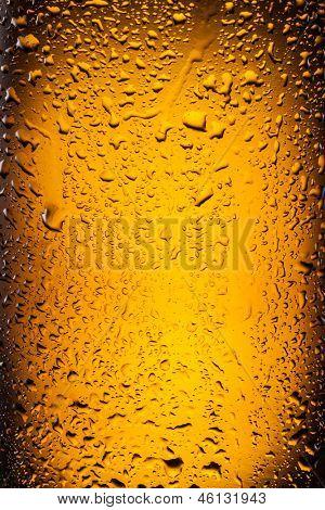 ��¡lose shot of drops on a bottle beer.