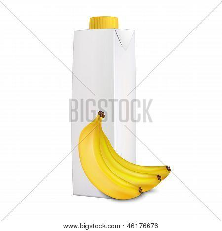 Банановый сок в упаковке Тетра Пак и бананы возле него
