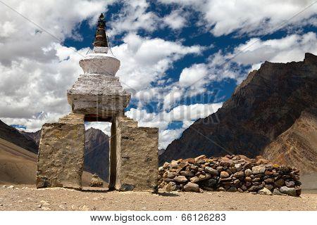 Stupa And Mani Wall Around Pidmu Village - Zanskar Trek, Ladakh, Jammu And Kashmir, India