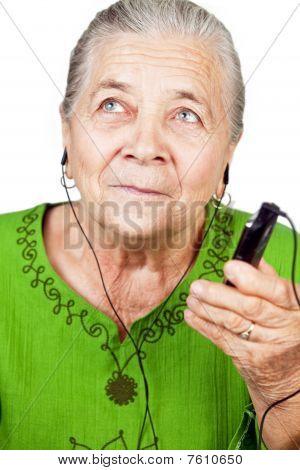 Senior Woman listening Musik am Handy